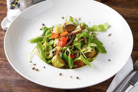 Салат с говядиной и печеными овощами