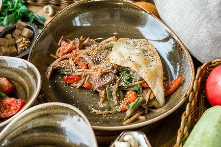 Салат с томлеными телячьими щечками