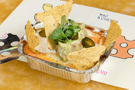 Mac & Cheese с гуакамоле, сметаной и начос