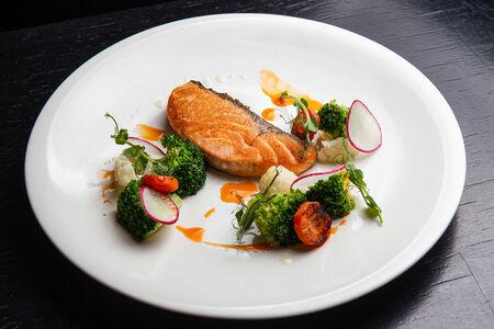 Стейк из лосося с томлеными овощами