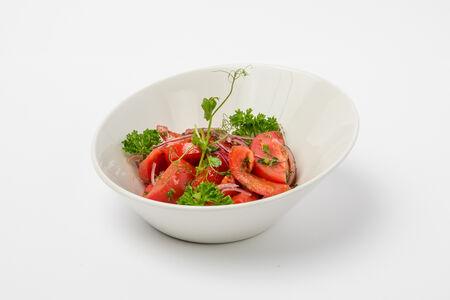 Салат с томатами и красным луком