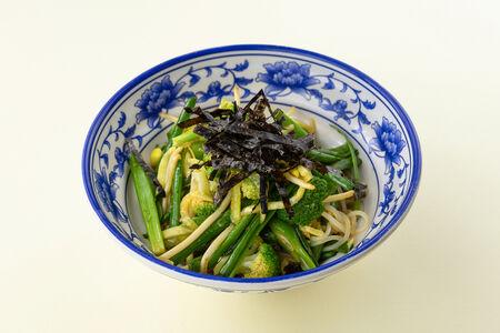 Зеленый салат с фунчозой