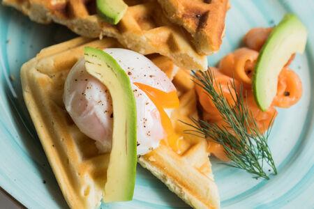 Вафли картофельные с лососем и яйцом пашот