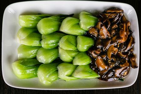 Капуста бокчой с душистыми грибами шиитаке