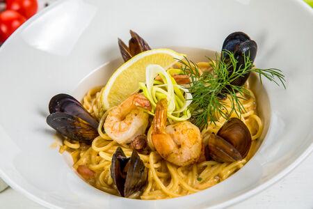 Спагетти с тигровыми креветками и морепродуктами в сливочном соусе