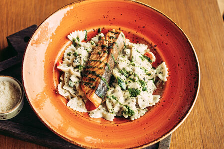 Фарфале в сливочно-шпинатном соусе с лососем