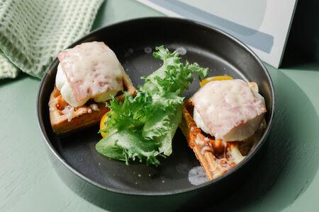 Картофельная вафля с яйцом пашот и беконом