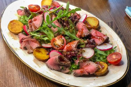 Салат с ростбифом в теплом винном соусе