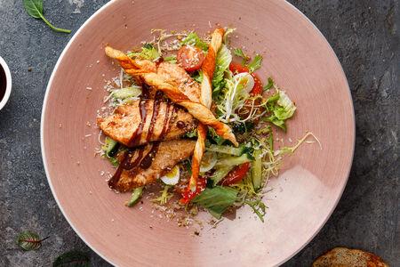 Салат с курицей барбекю, козьим сыром и пудрой из фундука
