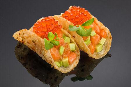 Тако с лососем, авокадо, икрой лосося с горчично-медовом соусе