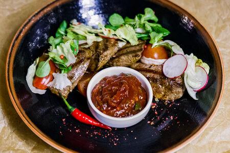 Медальоны из говядины с сезонным салатом и шашлычным соусом