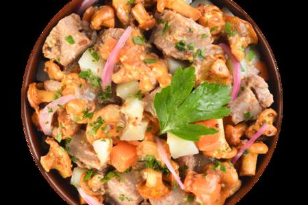 Салат с бататом, телятиной и лисичками