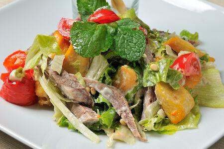 Салат с говяжьим языком и филе цыпленка