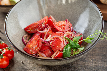 Салат из помидоров с красным луком