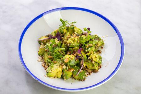 Салат из авокадо с семечками