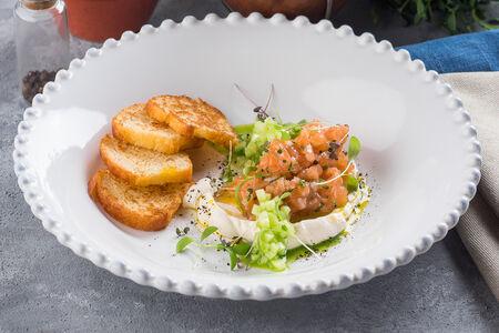 Тартар из лосося с огурцом и укропным маслом