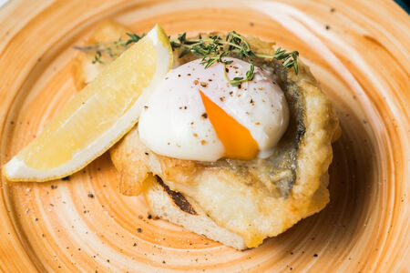 Филе судака с яйцом пашот