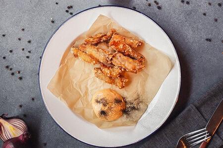 Хрустящие куриные бедра с соусом чипотле