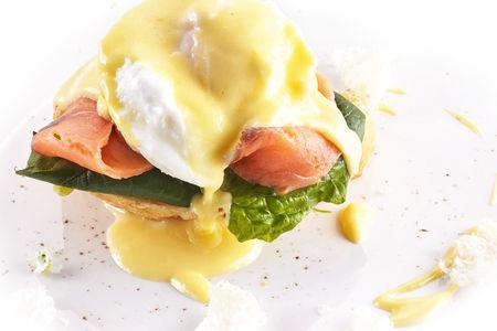Яйцо Бенедикт на чиабатте со слабосолённым лососем
