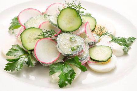 Салат с огурцами, редисом и яйцом