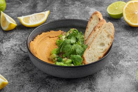 Хумус с овощами и хрустящими гренками