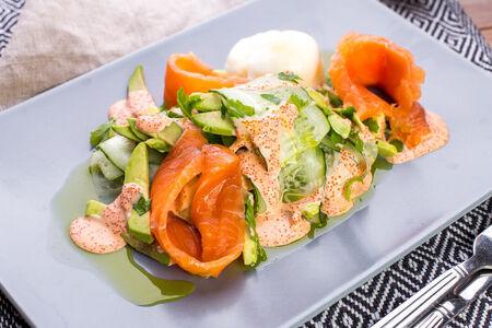 Салат из авокадо со слабосоленым лососем
