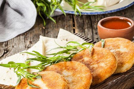 Мчади с сыром сулугуни и соусом сацебели