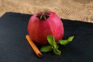Яблоко, запеченное с малиновым вареньем