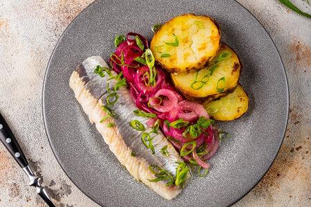 Крымская сельдь с картофелем и маринованным красным луком