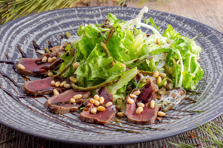 Таежный салат из оленины на гриле с папоротником