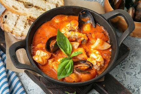 Морепродукты, томленные в неаполитанском соусе