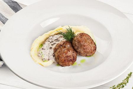 Мясные котлеты с картофельным пюре и грибным жюльеном