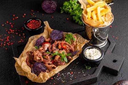 Щупальца осьминога с чипсами из фиолетового картофеля