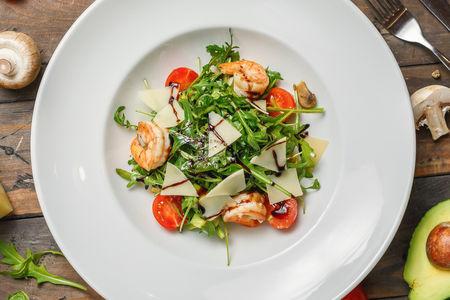 Салат из креветок, авокадо и рукколы