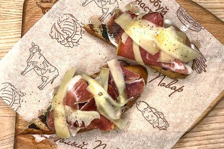 Бутерброд с прошутто и пармезаном