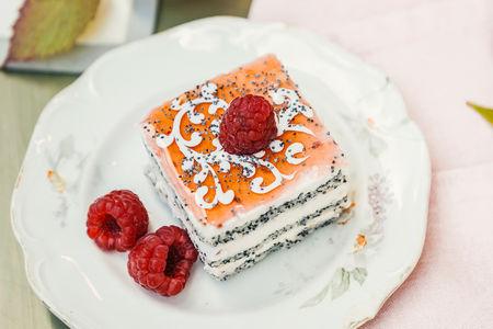 Пирожное Маковое с малиной