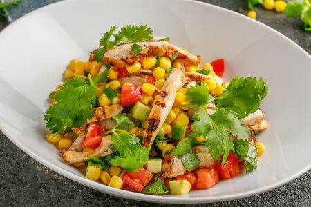 Салат с цыпленком и кукурузой