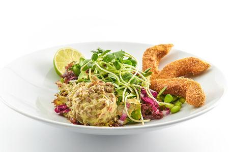 Салат с чечевицей и авокадо