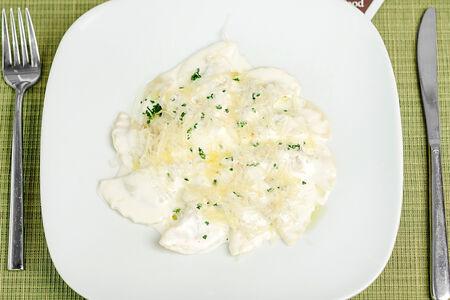 Паста Меццелуне с мясом в соусе из пармезана