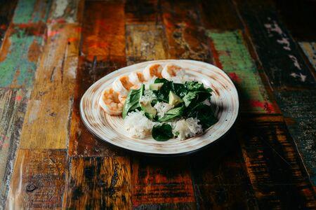 Зеленый салат с обжаренными тигровыми креветками