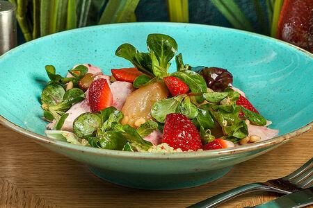 Салат со свежей клубникой