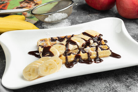 Бельгийская вафля классическая с пудрой, нутеллой и бананом