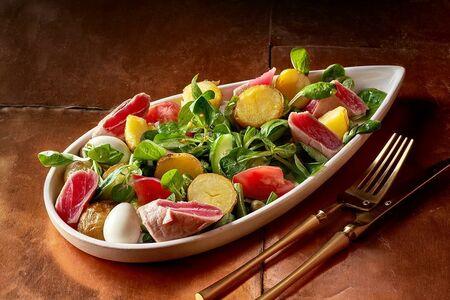 Салат с тунцом, картофелем и овощами
