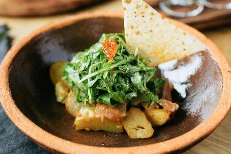 Теплый салат с лососем и рукколой