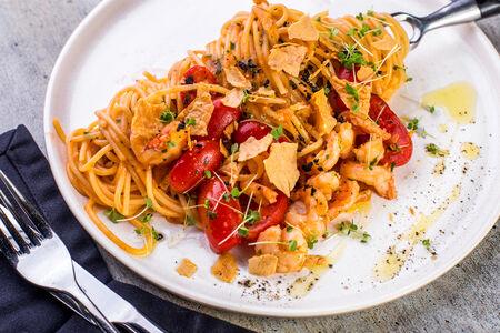 Спагетти с креветками и помидорами черри