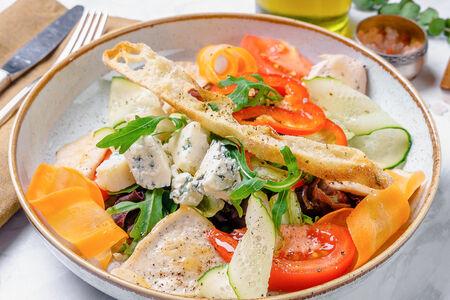 Салат с курицей и персиком