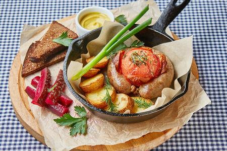 Домашняя колбаса с печеным картофелем и помидором