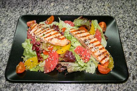Салат с семгой и соусом терияки
