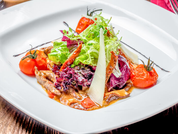 Салат с говяжьей вырезкой и белыми грибами