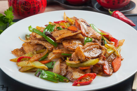 Жареная свиная грудинка Хуэй Гожоу с острым перцем